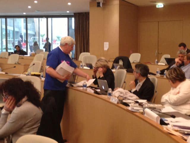 bruno-gollnischBruno Gollnisch distribuant aux élus UMP le tableau des lois anti-famille qu'ils ont votées depuis 40 ans.