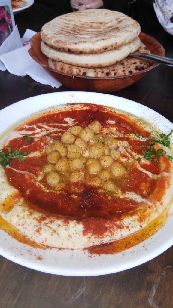 golly&bossy - izrael - tel aviv - falafel gabay - šakšuka s hummusom
