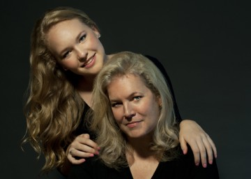 ava anderson with her mother