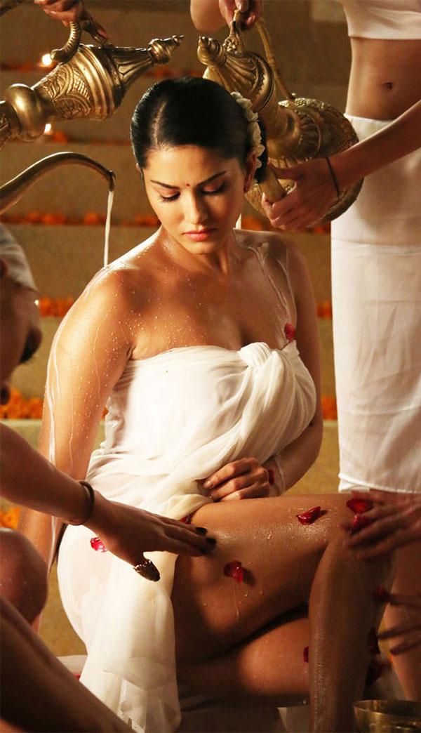 ضجة حول مشهد استحمام ساني ليون بـ100 لتر من الحليب في «Leela».. صور