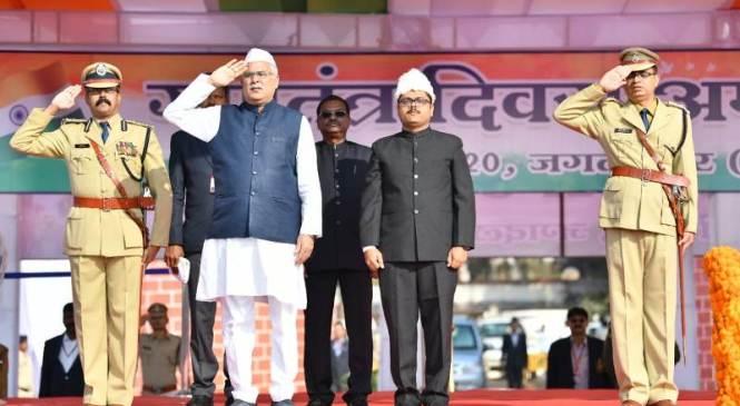मुख्यमंत्री भूपेश बघेल ने आज गणतंत्र दिवस पर जगदलपुर के लालबाग परेड मैदान में ध्वजारोहण कर परेड की सलामी ली