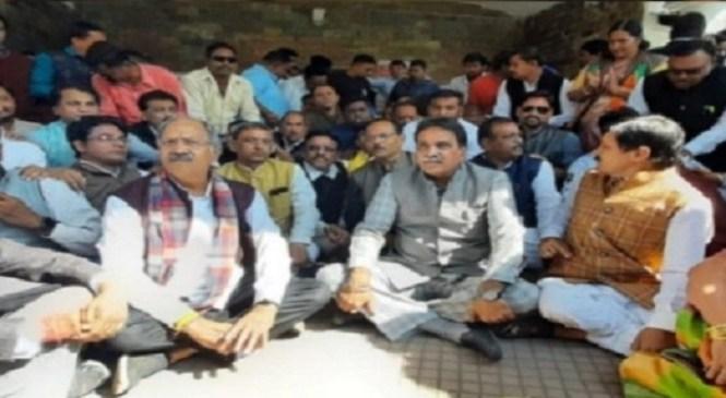 रायपुर महापौर चुनाव स्थगित करने की मांग, भाजपाई बोले- नियमों का किया गया उल्लंघन, नारेबाजी के बाद धरने पर बैठे