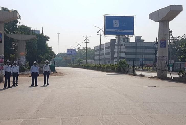 रायपुर में घड़ी चौक के पास कर्फ्यू के दौरान तैनात यातायात पुलिसकर्मी।