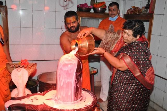 governor-uikey-worship-lord-shiva-on-birthday