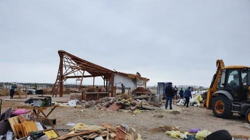 Pe plajele din Constanța se demolează construcțiile ilegale. FOTO Bogdan Bola