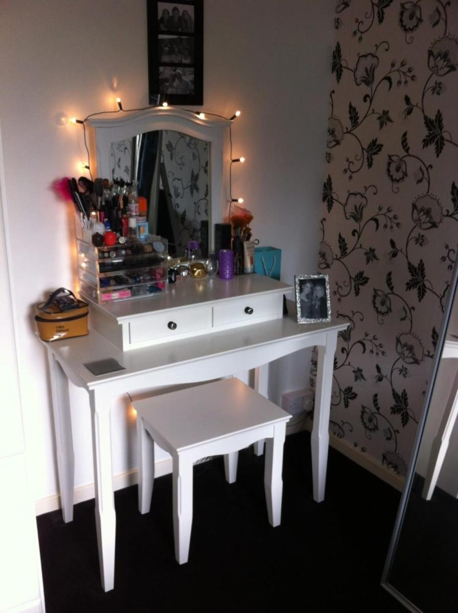 Bedroom Vanity Set With Lights Around Mirror 20