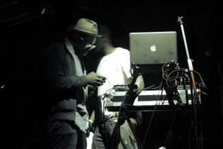 Ghostpoet & crew trying to sort it out...