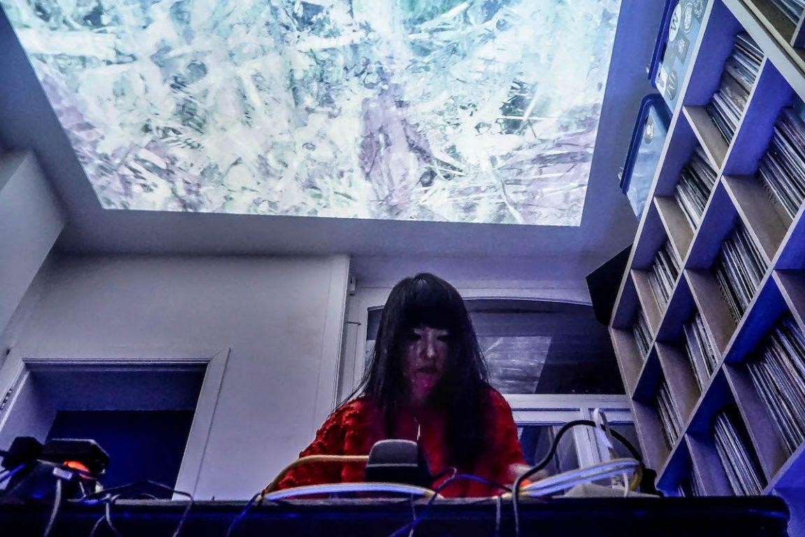 Performance van Yuko Araki, visuals op plafond door Geert Lenssens