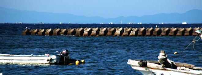 津軽海峡で漁をする漁船の群れ