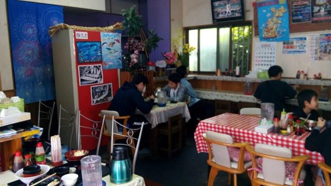 高良食堂の店内の様子1