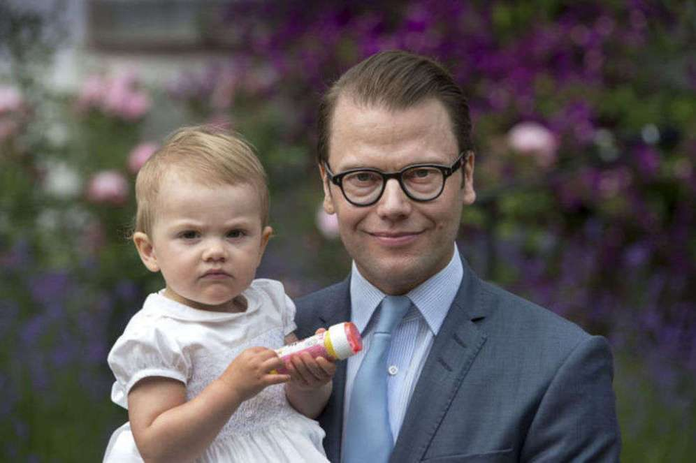 Prins Daniel is teaching his daugther HRH Princess Estelle to make soap bubbles. Just in time for Eurovision, of course.