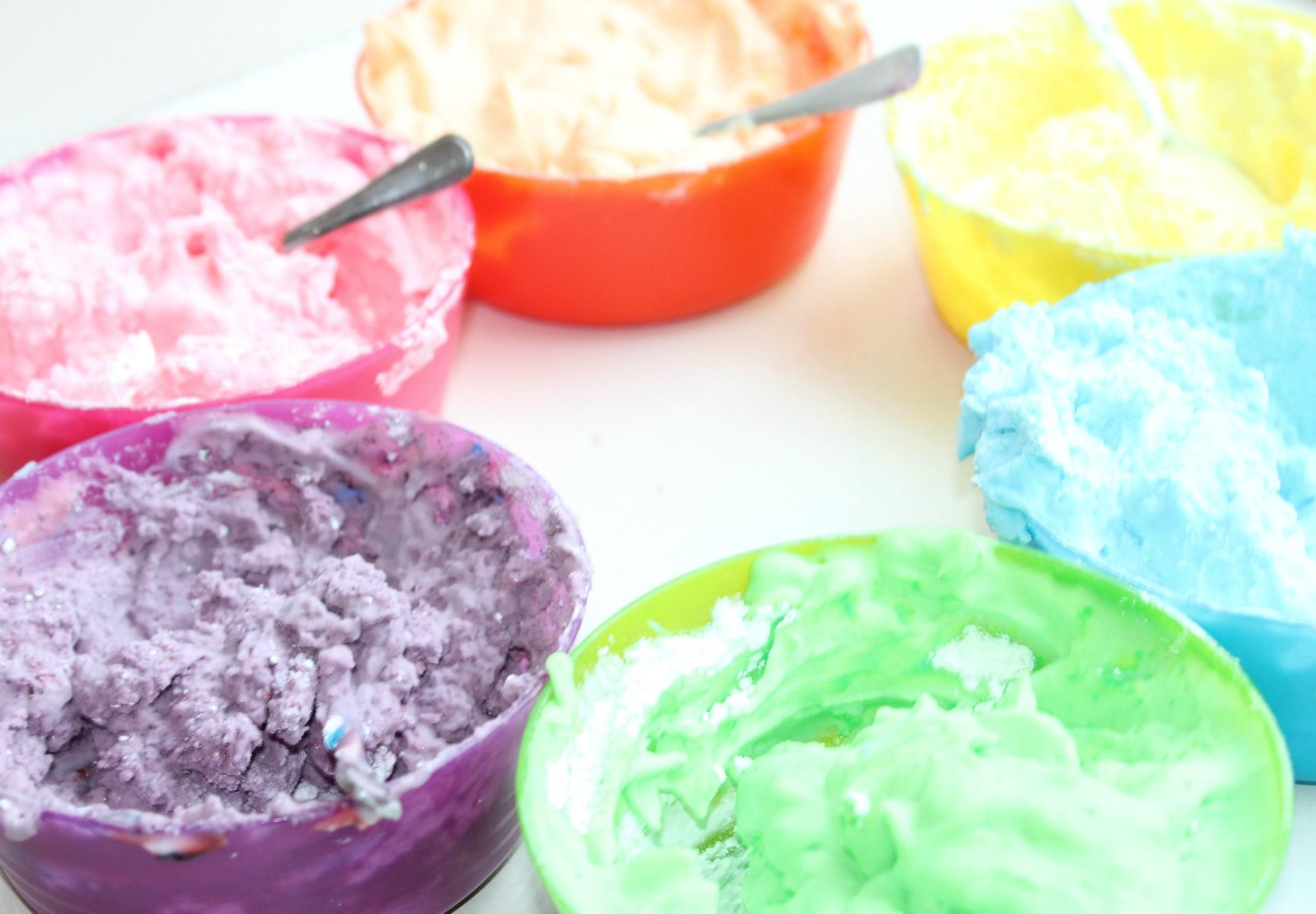 kinderactiviteiten binnen - DIY: klei maken van maizena en scheerschuim