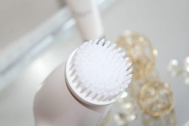 Olaz Total Effects vochtinbrengende-crème SPF 15 beschermt de huid tegen UV-A en UV-B stralen. Gebruik hem samen met het Olaz Regenerist 3-zone reinigingssysteem- GoodGirlsCompany