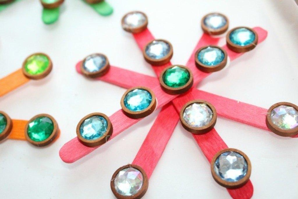 sneeuwvlokken-knutselen-ijslolliestokjes-kerst-GoodGirlsCompany