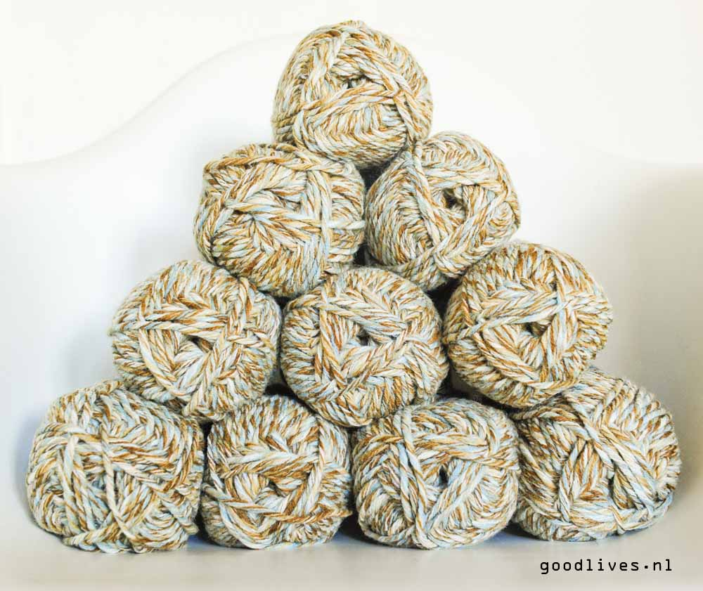 The yarn for the knitted plaid with cable on Goodlives.nl