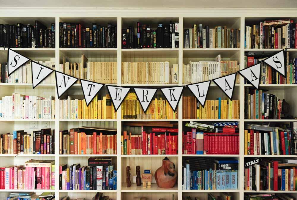 Sinterklaas garland on bookcase