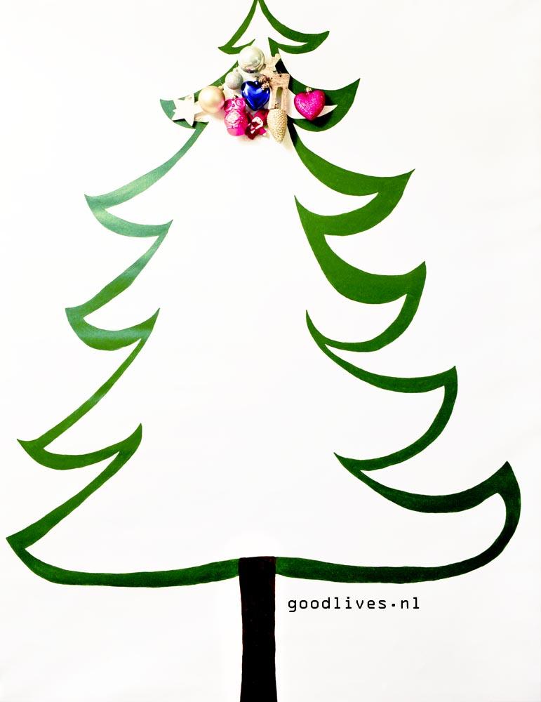 Alternatieve kerstboom op doek met eerste kerstballen