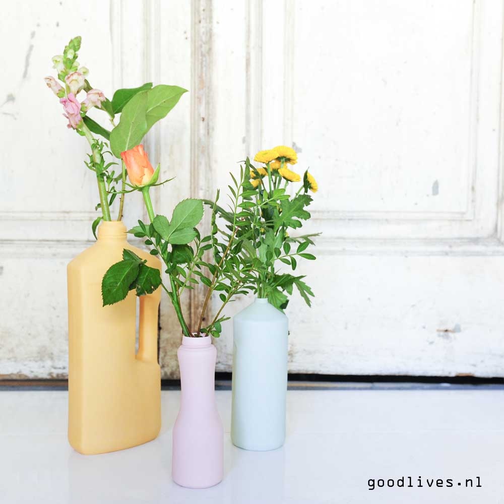 bottle vases FoekjeFleur before old doors on Goodlives.nl