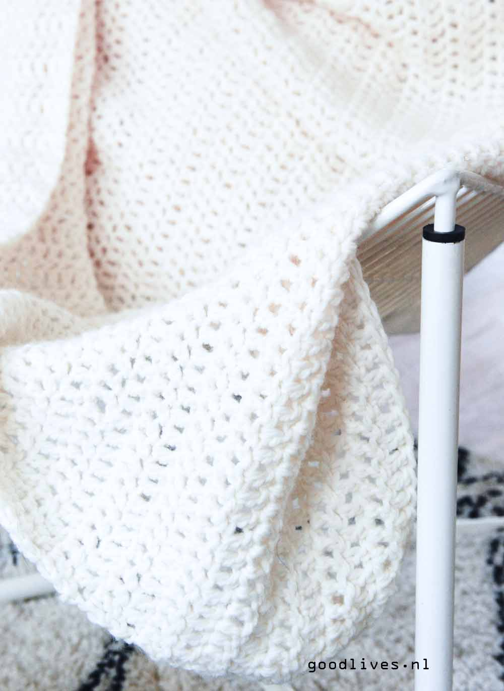 close-up cream colored crocheted plaid, free pattern on Goodlives.nl