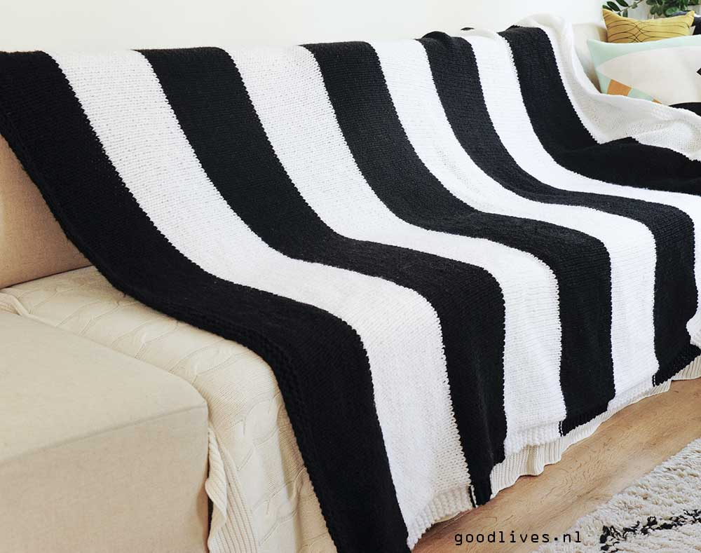 Black and white blanket over couch, free pattern on Goodlives.nl