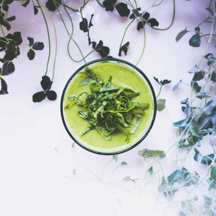 grønn smoothie med avokado og spinat