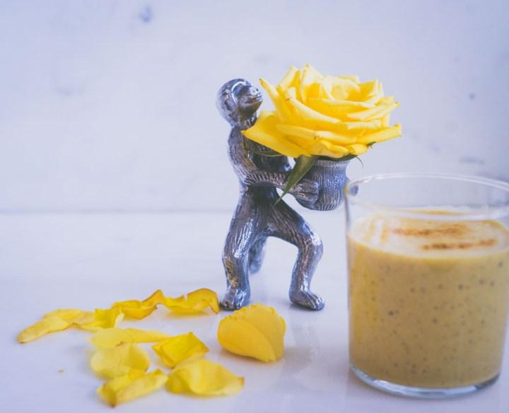 smoothie med mango og gurkemeie