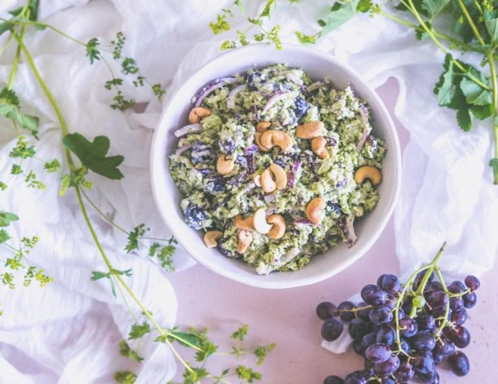brokkolisalat med druer og cashewnøtter