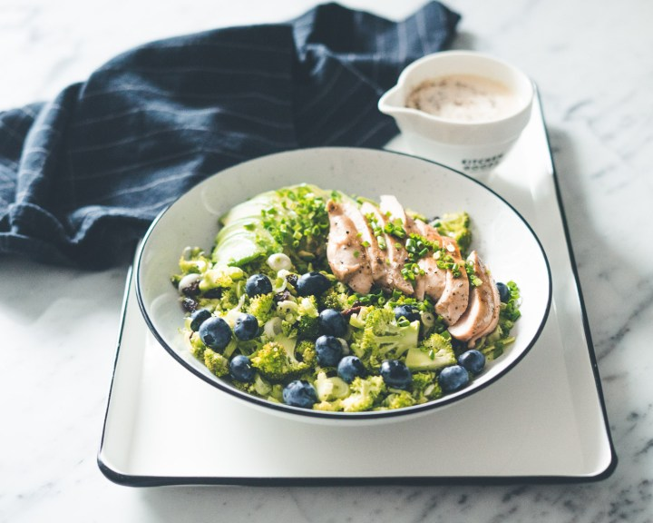 Brokkolisalat med kylling og blåbær