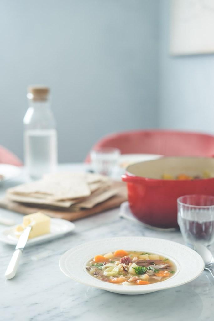 kjøttsuppe med linser og røkt svineknoke