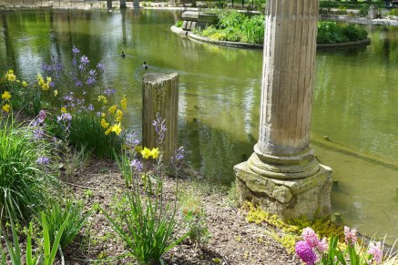 Parc Monceau Paris - The pond at the Naumachie