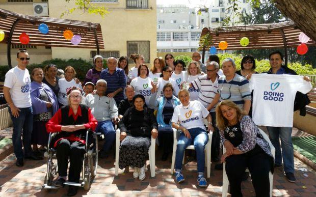 Les bénévoles passent du temps avec les résidents à une maison de retraite à Tel-Aviv, Israël (Good Deeds Day)