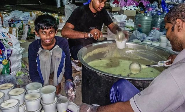 food for flood victims Indian boy-milaap video