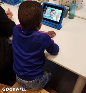 Kindje kijkt een filmpje ter ontspanning-Goodwill.nl