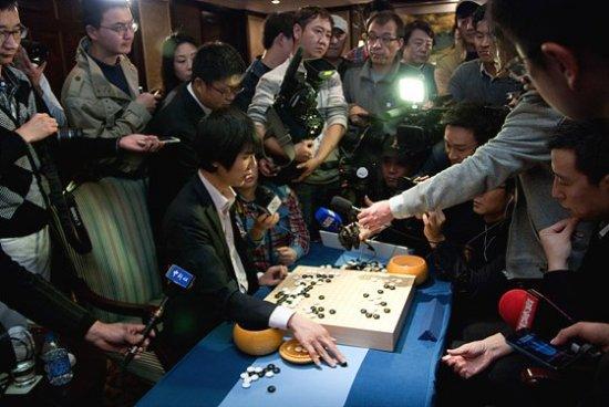 2012.12.12_Lee-Sedol-Gu-Li-17th-Samsung-Cup-final-game-550x368