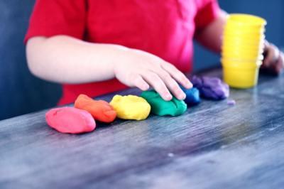 Oyun hamuru ile oynayan çocuk