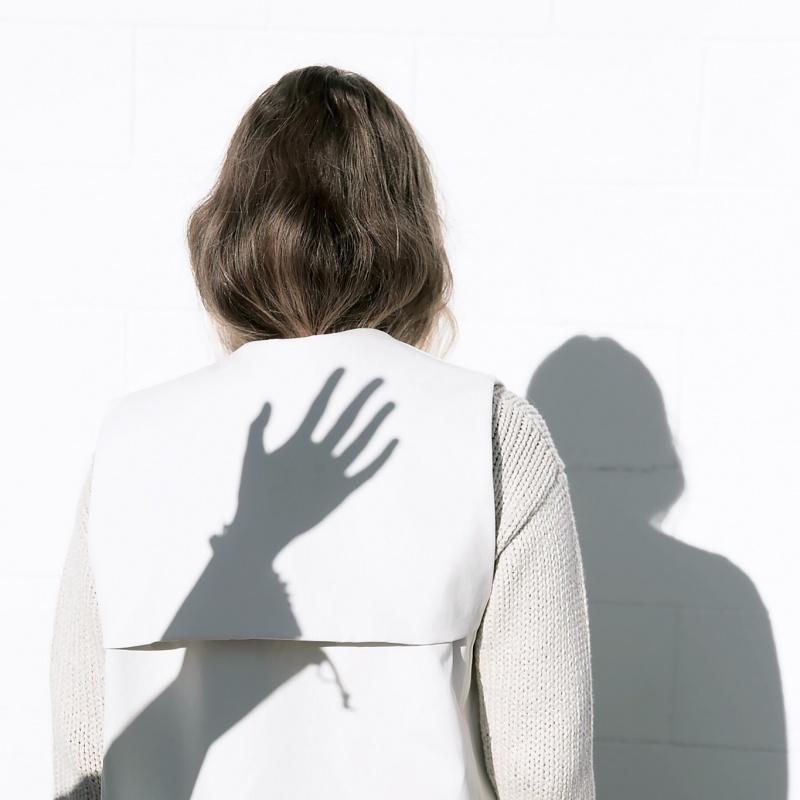 زن سایه دست