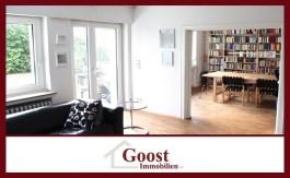 Das ist das offene Wohnzimmer mit schönem Holzboden.