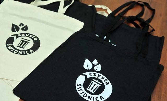 В Свиднице бесплатно обменивают полиэтиленовый пакет на эко-сумку