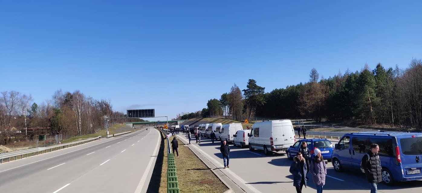 Польща відпускає українців додому: забиті автобуси із заробітчанами на Рава-Руська проходять майже без перевірок