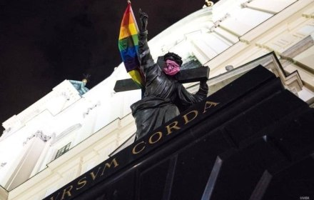 У Варшаві помолилися за статую Христа, на яку встановили прапор ЛГБТ
