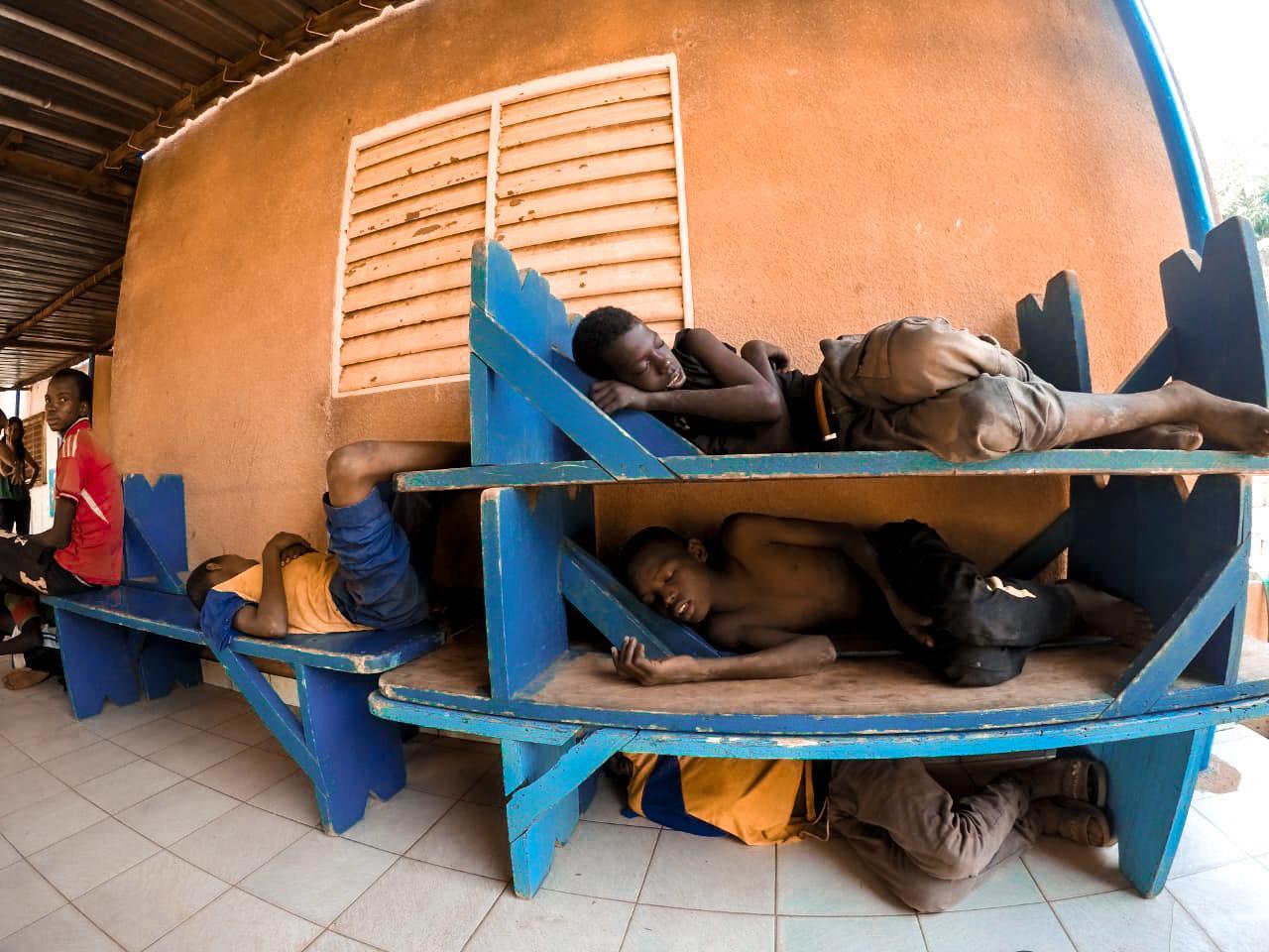 Crianças dormem em bancos em Burkina Faso