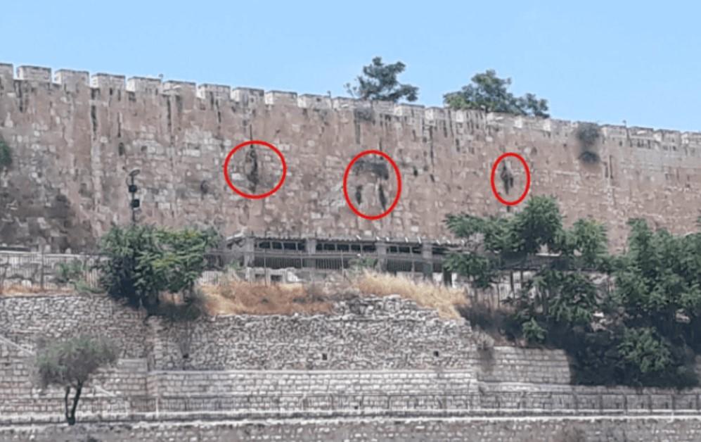 letras formando nome de Deus no muro do Monte do Templo