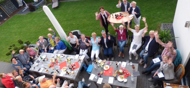 Die blaue Ente der Münsterlandzeitung zu Gast beim Singen in privaten Gärten 2017