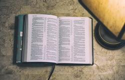 bible-lamp Autoridade Divina vs. Humana na Religião