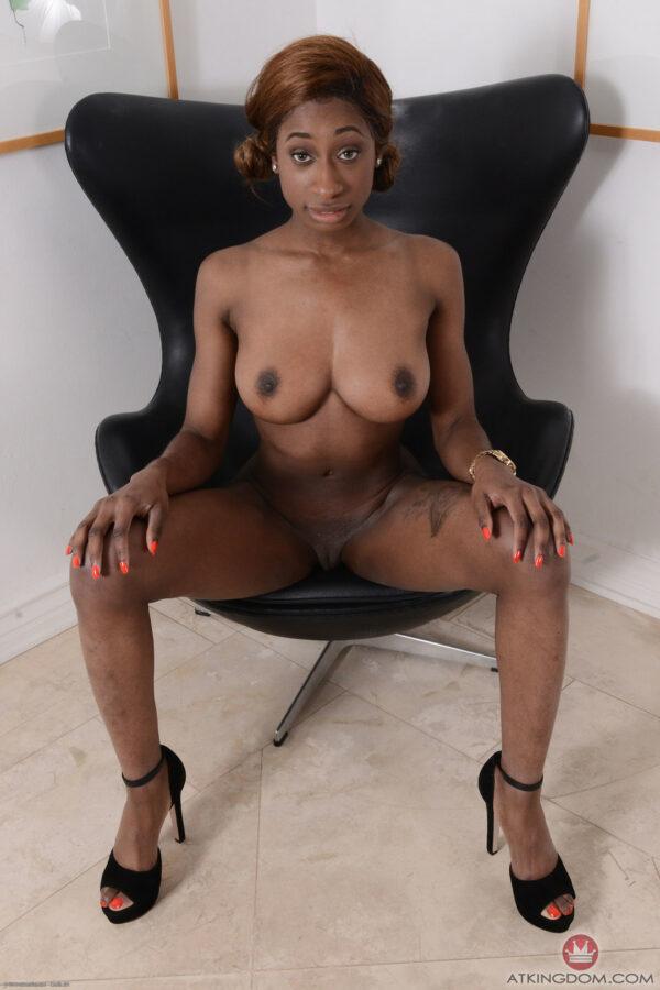 Negra Bucetuda Tatuada Pelada