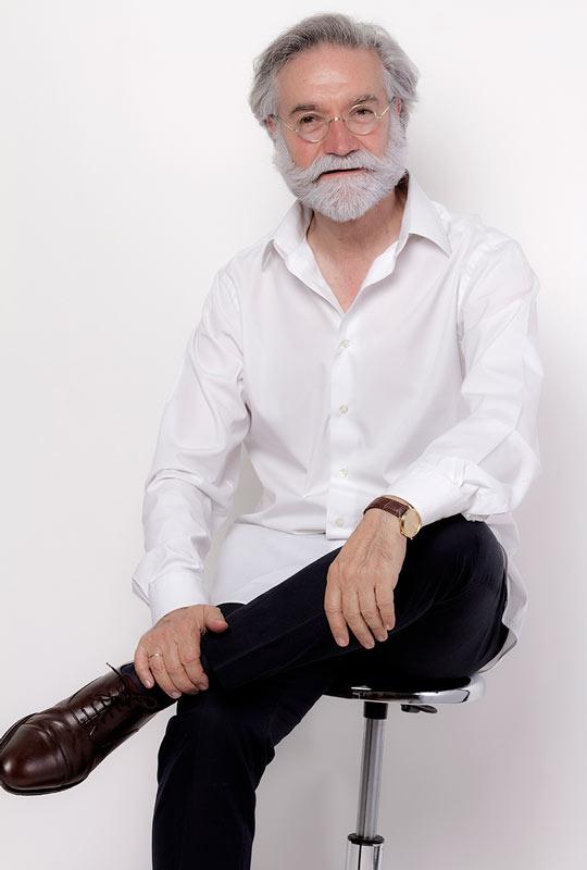 José Luis Ángulo - sentado
