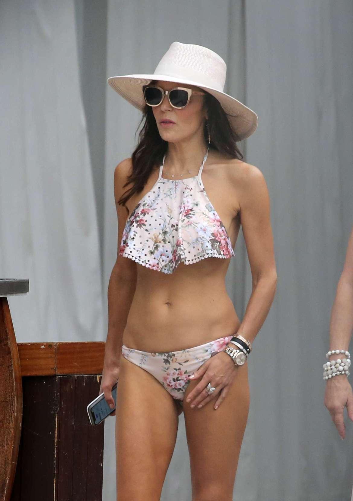 Bethenny Frankel in Bikini on the pool in Miami