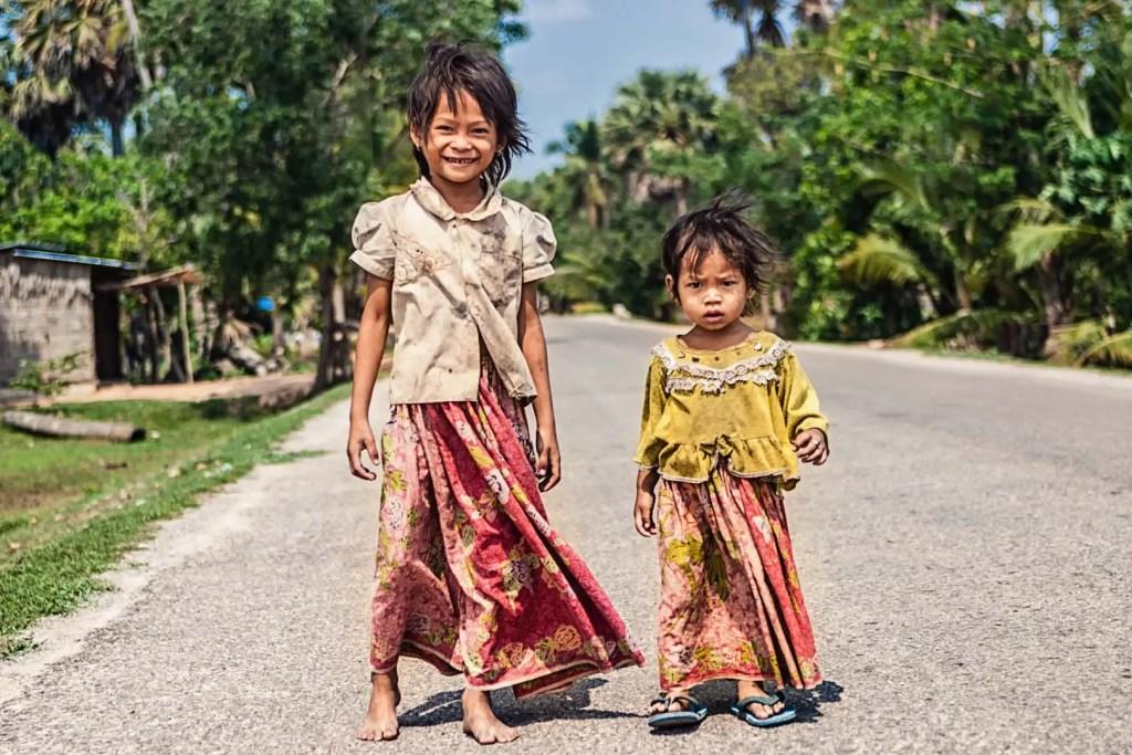 girls-on-Road-to-Angkor.jpg