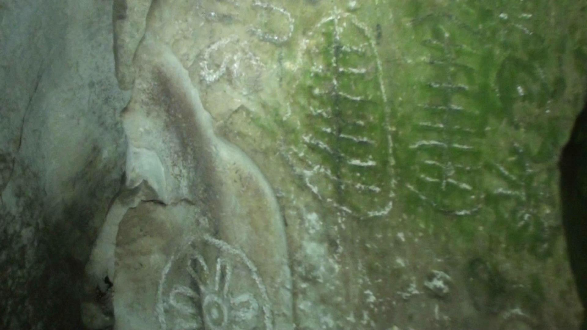 Carvings inside Cairn T