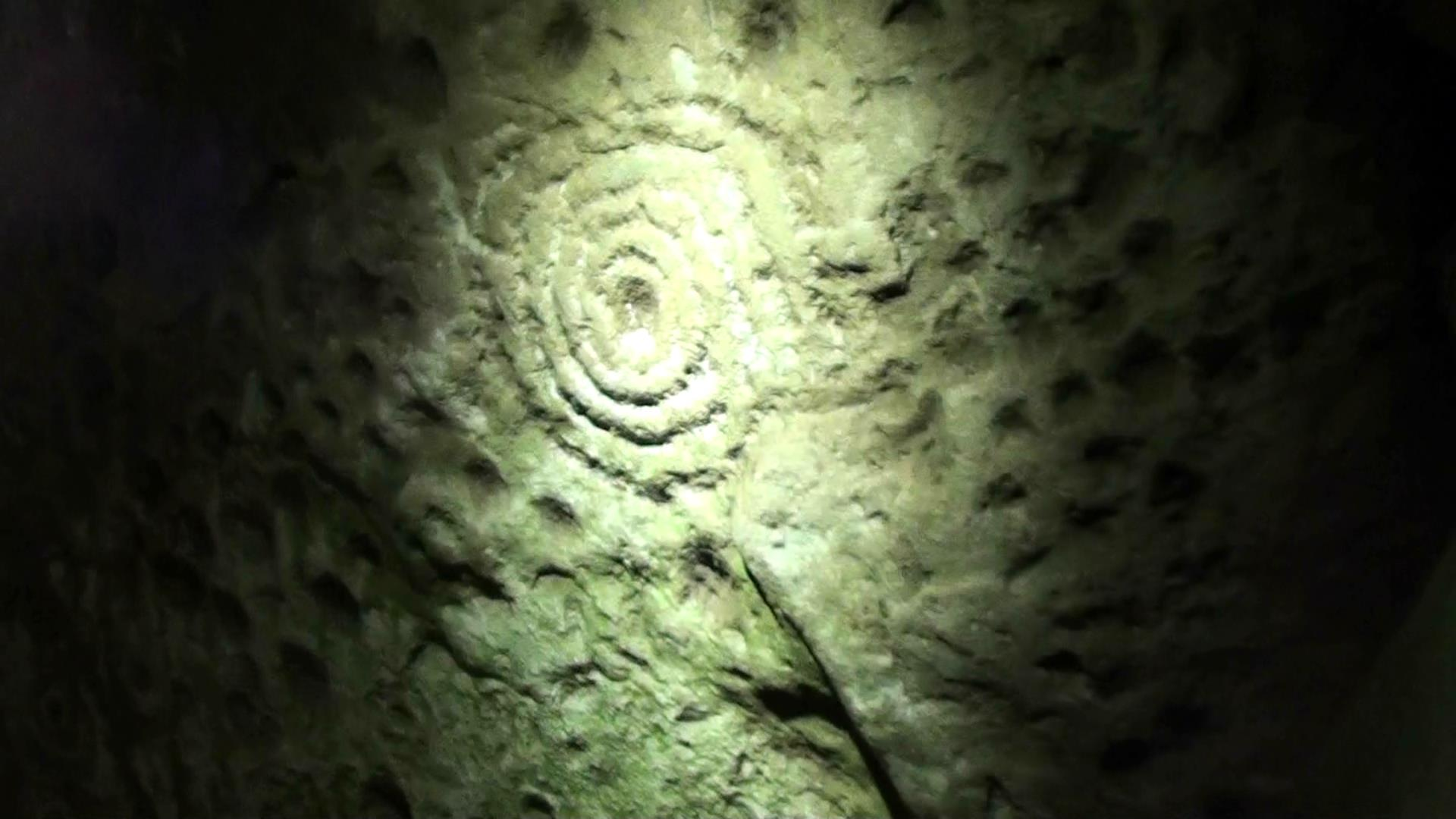 Carvings inside Cairn T